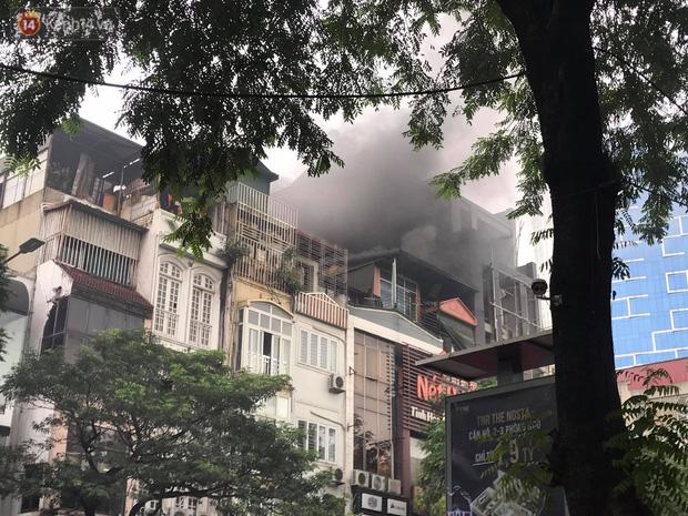 Hà Nội: Cháy nhà hàng Nét Huế đúng giờ cao điểm, giao thông ùn tắc nghiêm trọng - Ảnh 2.