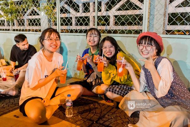 Ngồi trà dâu Đen Vâu ở Sài Gòn hóng chuyện: Giới trẻ quẹt Tinder mỏi tay, sẵn nghe 7749 cái drama showbiz - Ảnh 16.