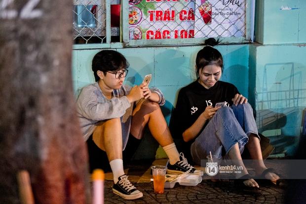 Ngồi trà dâu Đen Vâu ở Sài Gòn hóng chuyện: Giới trẻ quẹt Tinder mỏi tay, sẵn nghe 7749 cái drama showbiz - Ảnh 6.