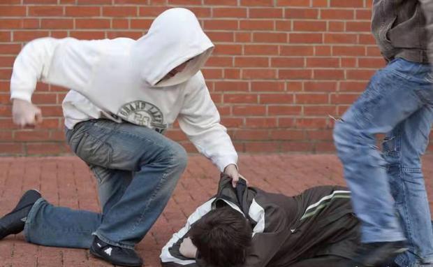 Nam sinh 16 tuổi bị hắt nước tiểu vào người, ném rác lên giường, nhưng phẫn nộ hơn cả là cái án dành cho kẻ bắt nạt - Ảnh 3.