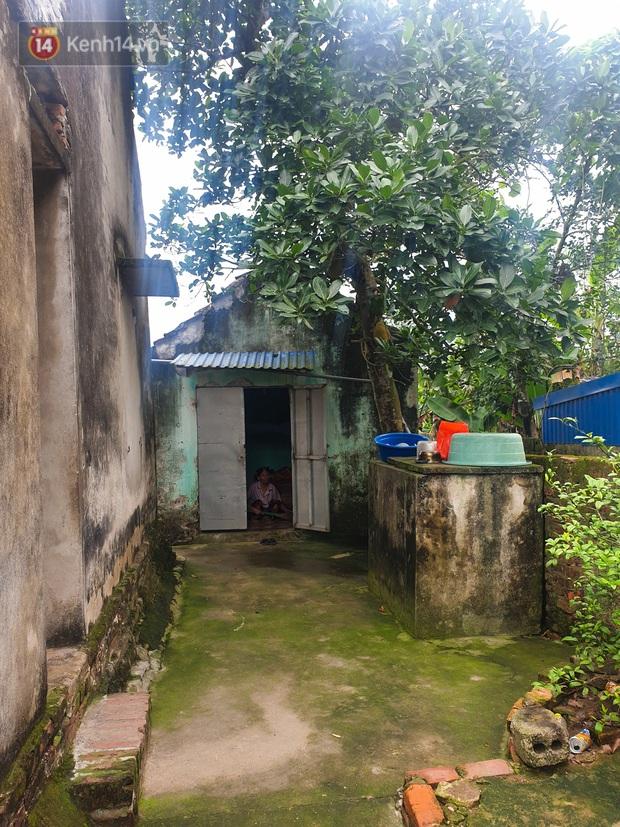 Xót xa cảnh bà cụ mù sống trong căn nhà xập xệ 10m2: Ngày ăn 2 bữa như một, chỉ có cơm mỡ trộn mắm - Ảnh 1.
