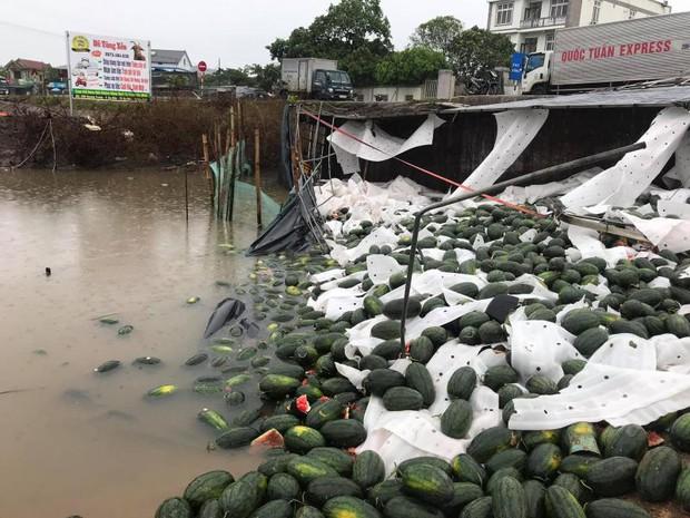 Clip: Xe tải chở dưa lật, dân Quảng Bình mua hàng chục triệu đồng tiền dưa hỗ trợ tài xế - Ảnh 3.