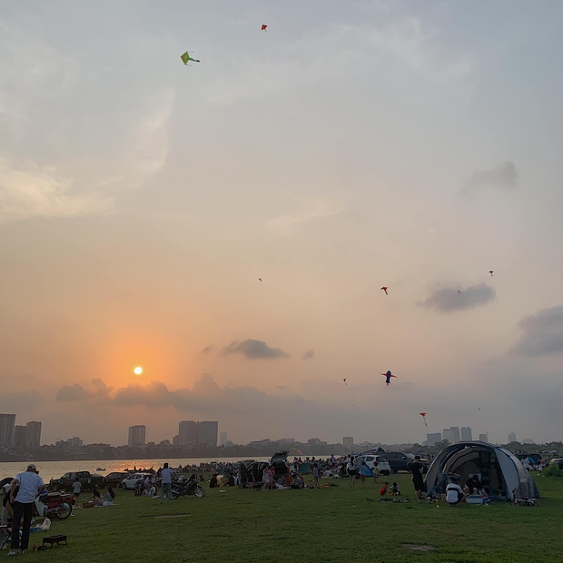 Ngay trong Hà Nội có địa điểm camping xuất sắc thế này: Rộng rãi không sợ thiếu chỗ, ngắm hoàng hôn đỉnh khỏi bàn - Ảnh 1.