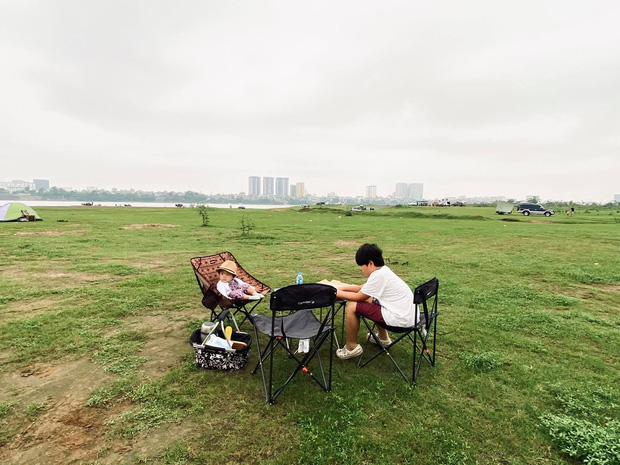 Ngay trong Hà Nội có địa điểm camping xuất sắc thế này: Rộng rãi không sợ thiếu chỗ, ngắm hoàng hôn đỉnh khỏi bàn - Ảnh 2.