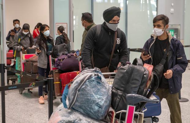 Máy bay siêu lây nhiễm từ Ấn Độ: Tổng cộng 52 người trên chuyến bay từ New Delhi dương tính với Covid-19 - Ảnh 1.