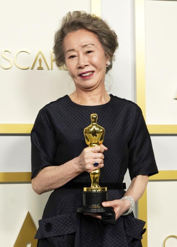 Sao Hàn 74 tuổi nhận giải đi vào lịch sử Oscar, gã chồng ngoại tình ngang nhiên phát ngôn gây phẫn nộ cả xứ Hàn - Ảnh 3.