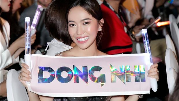 Đông Nhi đang chào dàn khách mời trong liveshow nhưng quay đến biểu cảm của Diệu Nhi thì cười mệt - Ảnh 9.