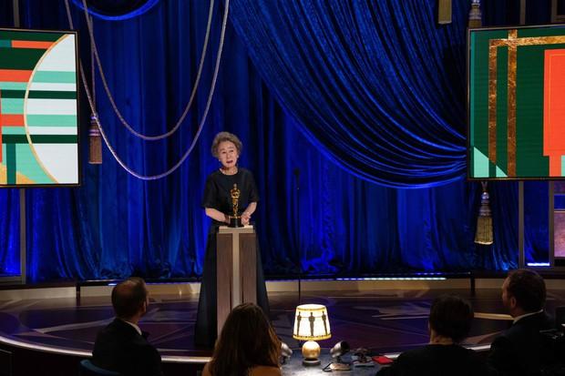 Bà ngoại quốc dân vừa thắng Oscar từng bị sỉ nhục vì ngoại hình và giọng nói, lời đáp trả khiến ai cũng phải ngả mũ - Ảnh 1.
