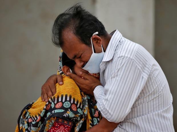 Bức ảnh vợ bất lực hồi sức cho chồng mắc Covid-19 gục chết trên xe gây chấn động Ấn Độ và loạt câu chuyện thương tâm đến xé lòng - Ảnh 1.