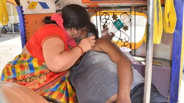 Bức ảnh vợ bất lực hồi sức cho chồng mắc Covid-19 gục chết trên xe gây chấn động Ấn Độ và loạt câu chuyện thương tâm đến xé lòng - Ảnh 2.