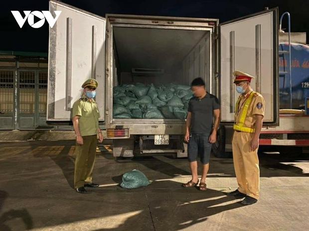 Quảng Ninh: 4,5 tấn chân gà bốc mùi hôi thối bị phát hiện khi đang tuồn vào nội địa - Ảnh 1.