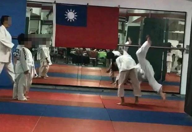 Cậu bé 7 tuổi chết não sau khi bị thầy giáo và bạn tập quật ngã 27 lần trong lớp Judo - Ảnh 1.