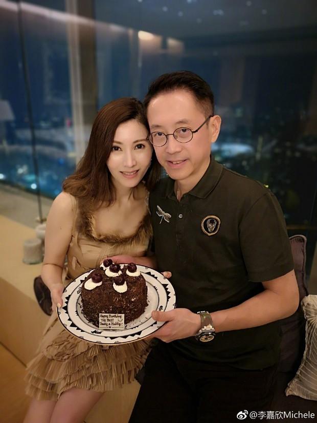 Hoa hậu đẹp nhất Hong Kong gây bão với màn hở bạo khoe body khó tin ở tuổi 50, lu mờ chồng tỷ phú đứng bên - Ảnh 4.