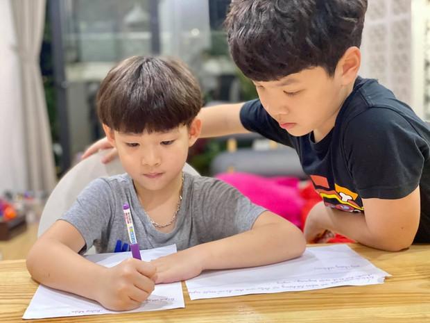 Bố vắng nhà một ngày, hai con trai diễn viên Đan Lê liền rủ nhau viết giấy chứng nhận có một không hai, nội dung khiến dân tình khen bố mẹ dạy con trai quá khéo - Ảnh 1.