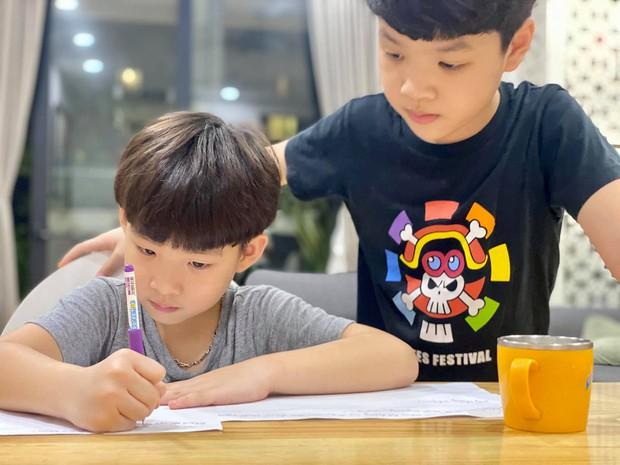 Bố vắng nhà một ngày, hai con trai diễn viên Đan Lê liền rủ nhau viết giấy chứng nhận có một không hai, nội dung khiến dân tình khen bố mẹ dạy con trai quá khéo - Ảnh 2.