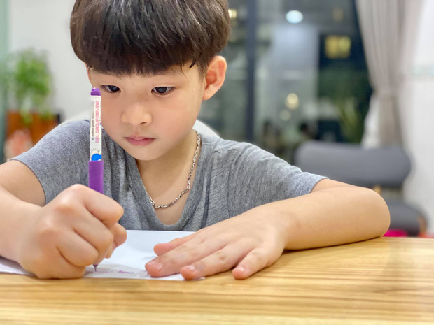 Bố vắng nhà một ngày, hai con trai diễn viên Đan Lê liền rủ nhau viết giấy chứng nhận có một không hai, nội dung khiến dân tình khen bố mẹ dạy con trai quá khéo - Ảnh 3.