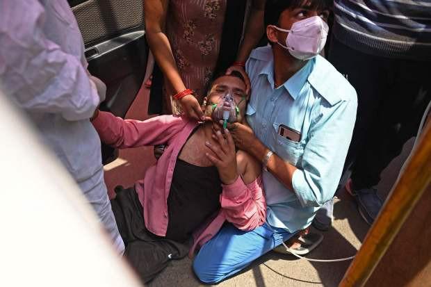 Bức ảnh vợ bất lực hồi sức cho chồng mắc Covid-19 gục chết trên xe gây chấn động Ấn Độ và loạt câu chuyện thương tâm đến xé lòng - Ảnh 4.