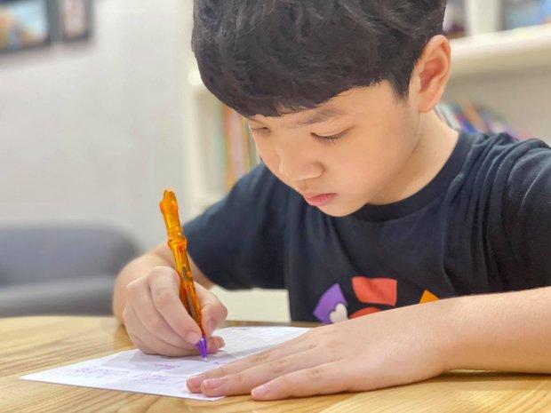 Bố vắng nhà một ngày, hai con trai diễn viên Đan Lê liền rủ nhau viết giấy chứng nhận có một không hai, nội dung khiến dân tình khen bố mẹ dạy con trai quá khéo - Ảnh 4.
