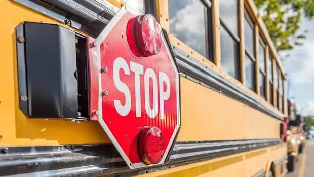 Cậu học sinh lén nhét mảnh giấy vào tay trước khi xuống xe, tài xế xe buýt đọc xong tức tốc báo cảnh sát và câu chuyện bất ngờ đằng sau - Ảnh 1.
