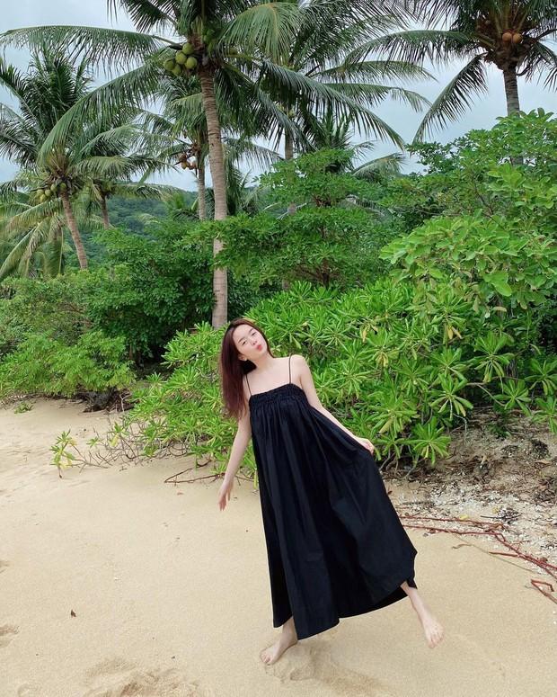 Có 1 mẫu váy đi biển siêu xinh mà từ Hà Hồ tới Kaity Nguyễn đều ưng nổ đĩa, quá hợp để diện đi du lịch luôn! - Ảnh 4.