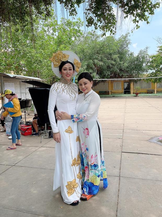 Bị vợ Dũng lò vôi réo tên căng đét, NS Hoài Linh lộ diện với màn giả gái xuất thần và thái độ gây chú ý bên NS Lê Giang - Ảnh 2.