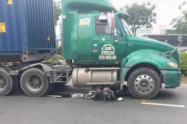 Va chạm với xe container, nữ sinh viên ở TP.HCM bị cán tử vong thương tâm - Ảnh 1.