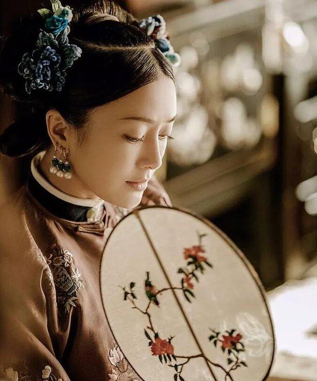 Ẩn ý phía sau búi tóc cồng kềnh của phụ nữ triều đại nhà Thanh: Tốn nhiều giờ tạo kiểu, cài đủ thứ lên đầu đâu chỉ để làm đẹp - Ảnh 1.