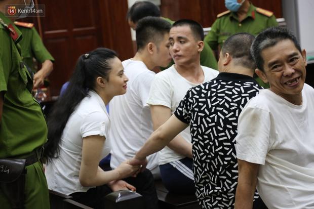 ẢNH: Ông trùm ma túy Văn Kính Dương và người tình Ngọc Miu tay nắm chặt tay, hôn nhau thắm thiết trước giờ tuyên án - Ảnh 4.