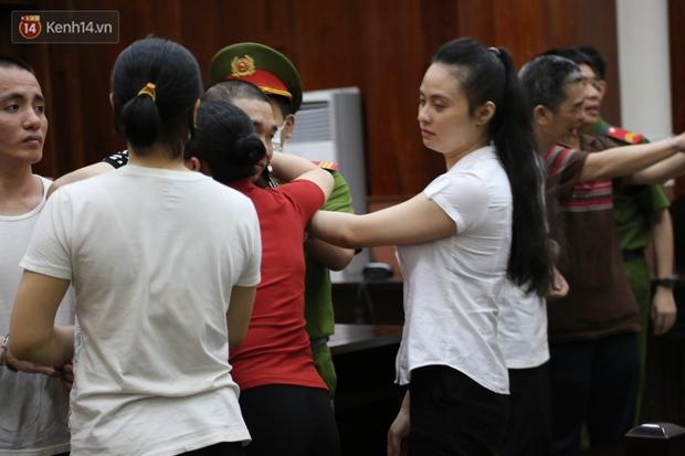 Y án tử hình ông trùm ma túy Văn Kính Dương, Ngọc Miu khóc nức nở, ôm chia tay người tình - Ảnh 9.