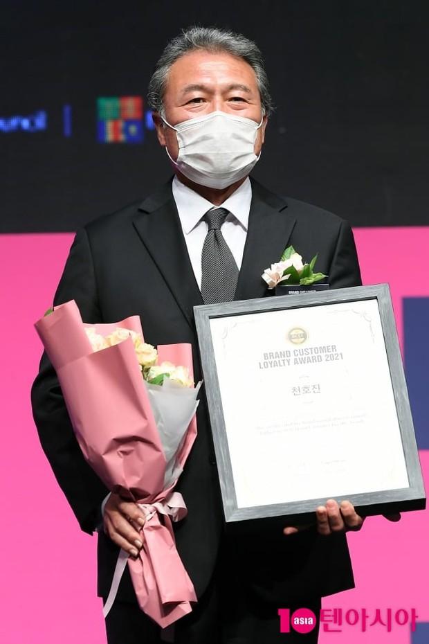 Kim Jong Kook xuất hiện giữa lúc Lee Kwang Soo tuyên bố rời Running Man, rich kid Penthouse bịt khẩu trang kín mít vẫn xinh ngút ngàn - Ảnh 11.