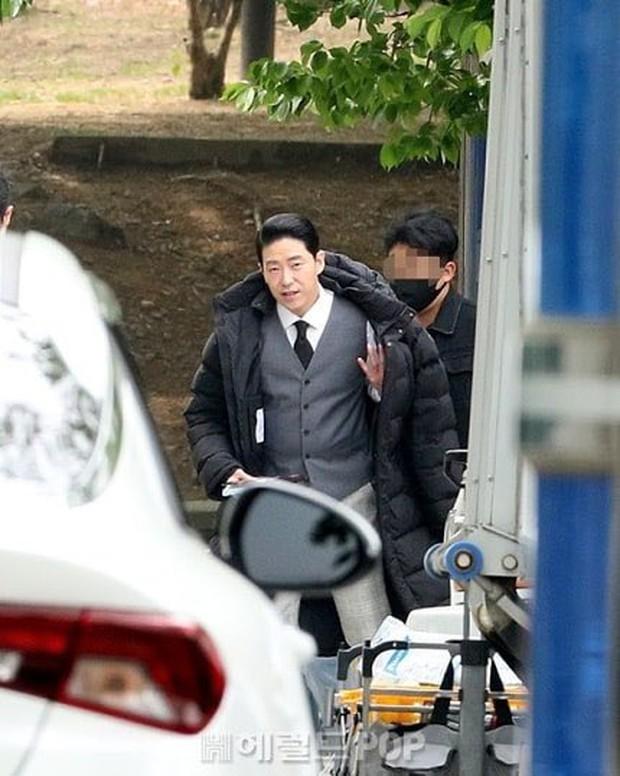 Lộ ảnh hậu trường đầu tiên của Penthouse 3: Dượng Ju ra tù rồi yêu lại từ đầu với ác nữ Cheon hả? - Ảnh 4.