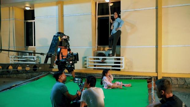 Cảnh phim nguy hiểm nhất của Lật Mặt: 48H với trẻ em đã được thực hiện như thế nào? - Ảnh 3.