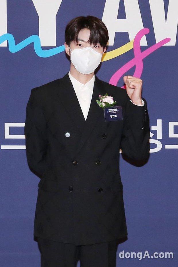 Kim Jong Kook xuất hiện giữa lúc Lee Kwang Soo tuyên bố rời Running Man, rich kid Penthouse bịt khẩu trang kín mít vẫn xinh ngút ngàn - Ảnh 10.