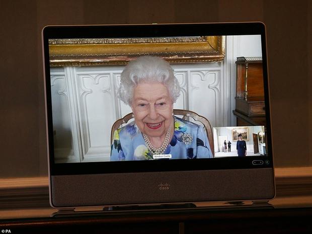 Nữ hoàng Anh lần đầu xuất hiện công khai sau tang lễ của chồng, nhà Meghan Markle tranh thủ ra thông báo quan trọng - Ảnh 1.