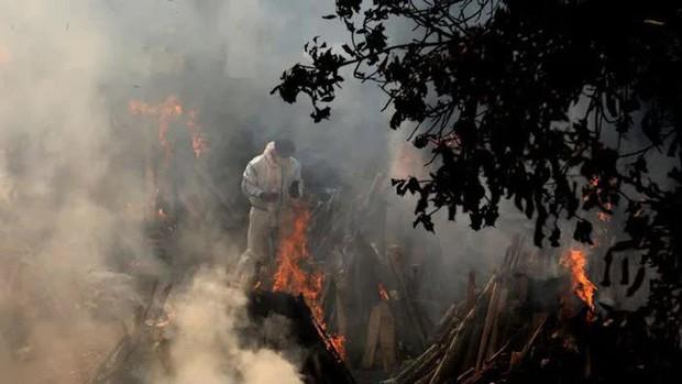 Thủ đô Ấn Độ hết chỗ hỏa táng, phải trưng dụng công viên, bãi đậu xe - Ảnh 1.
