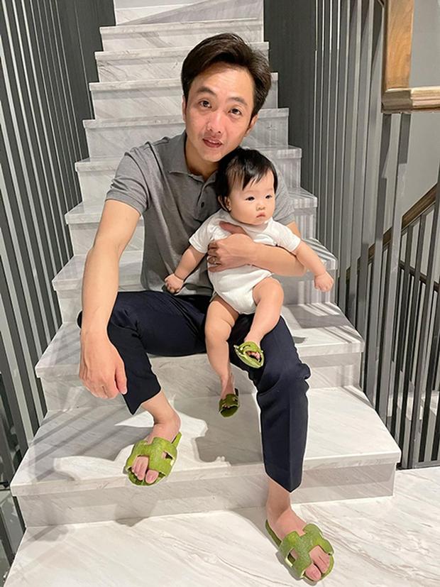 Đàm Thu Trang tóm gọn khoảnh khắc Cường Đô La bế con nhún nhảy giữa hồ, mà nhìn bé Suchin căng thẳng hết sức - Ảnh 7.