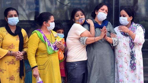 Cú điện thoại thót tim lúc 5h sáng và câu chuyện ám ảnh của người phụ nữ trong hành trình tìm sự sống cho cha mẹ giữa tâm bão Covid-19 ở Ấn Độ - Ảnh 1.