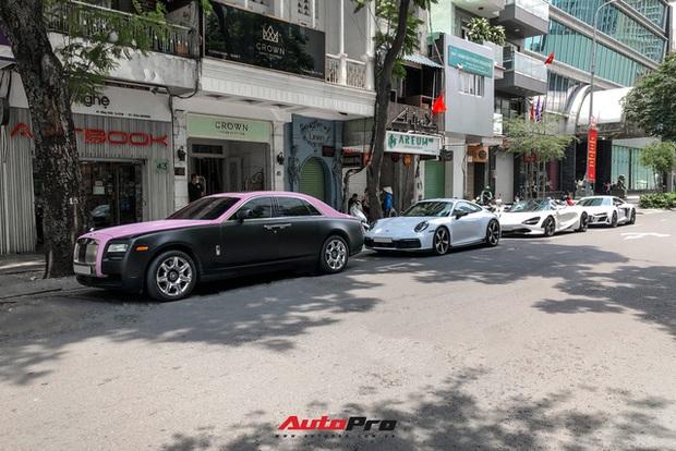 Rolls-Royce Ghost của Ngọc Trinh dẫn đầu đoàn siêu xe tiền tỷ diễu hành trên phố Sài Gòn - Ảnh 1.