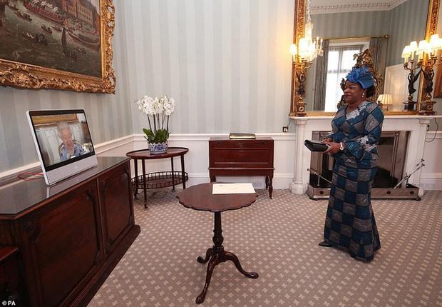 Nữ hoàng Anh lần đầu xuất hiện công khai sau tang lễ của chồng, nhà Meghan Markle tranh thủ ra thông báo quan trọng - Ảnh 3.