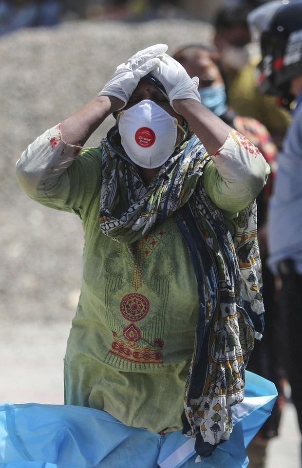 Cảnh ẩu đả hỗn loạn trước bệnh viện Ấn Độ: Người nhà bệnh nhân xông vào tấn công y bác sĩ, sự tình phía sau gây nhói lòng vô cùng - Ảnh 3.