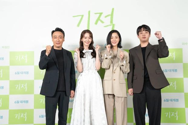 """Yoona diện váy bánh bèo xinh ngất nhưng vẫn bị """"giật spotlight"""" bởi mỹ nhân cá tính bên cạnh - Ảnh 4."""