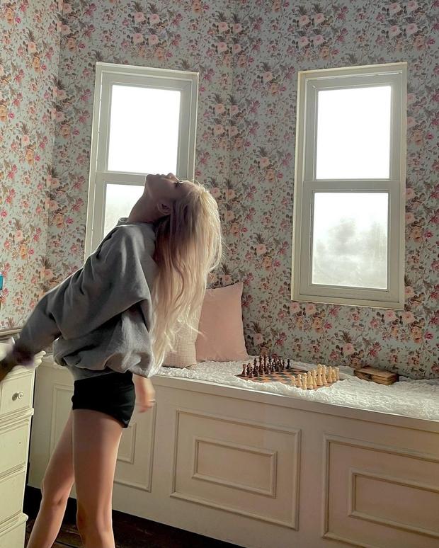 Netizen hoảng hồn tưởng Rosé (BLACKPINK) tung loạt ảnh bán nude không quần giữa đêm, nhìn kỹ mới thở phào nhẹ nhõm - Ảnh 5.