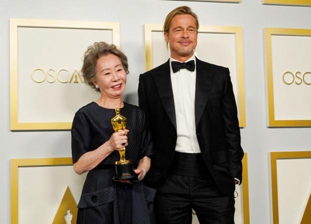 Phải nhắc lại câu Tôi có phải là chó đâu về Brad Pitt, biểu cảm vừa sang chảnh vừa xéo xắt của nữ minh tinh 74 tuổi đã gây bão MXH - Ảnh 2.