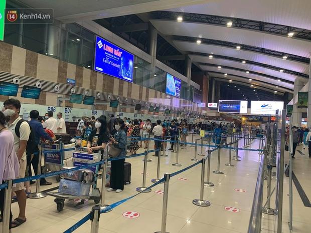 Ảnh: Sân bay Nội Bài trước kỳ nghỉ lễ 30/4 - 1/5, lượng khách khá đông nhưng không bị quá tải - Ảnh 5.
