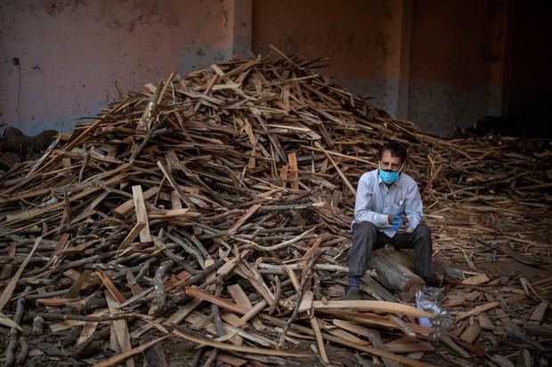 """Những hình ảnh nhói lòng nhất tại Ấn Độ: Tất cả đều đã kiệt quệ khi dịch bệnh giết người """"hung hãn hơn cả súng đạn - Ảnh 11."""
