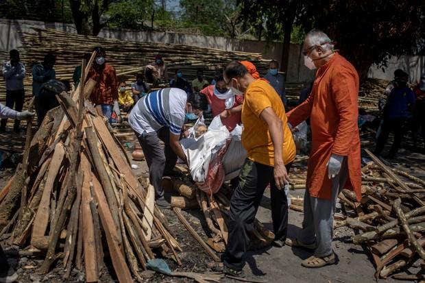 """Những hình ảnh nhói lòng nhất tại Ấn Độ: Tất cả đều đã kiệt quệ khi dịch bệnh giết người """"hung hãn hơn cả súng đạn - Ảnh 12."""