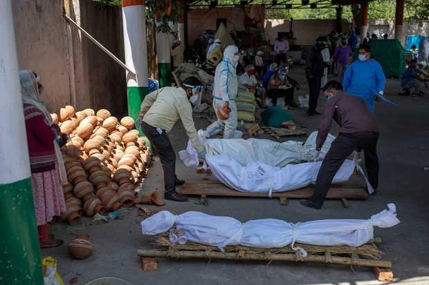 """Những hình ảnh nhói lòng nhất tại Ấn Độ: Tất cả đều đã kiệt quệ khi dịch bệnh giết người """"hung hãn hơn cả súng đạn - Ảnh 14."""