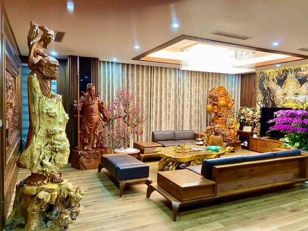 Nhà phố 450m2 của vợ chồng Hà Nội khiến dân tình loá mắt vì như biệt phủ gỗ, có món nặng đến mức cần 25 người khiêng - Ảnh 1.