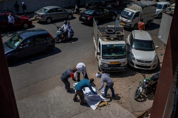 """Những hình ảnh nhói lòng nhất tại Ấn Độ: Tất cả đều đã kiệt quệ khi dịch bệnh giết người """"hung hãn hơn cả súng đạn - Ảnh 17."""