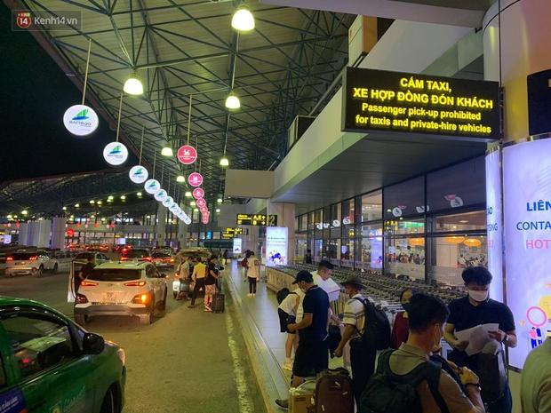 Ảnh: Sân bay Nội Bài trước kỳ nghỉ lễ 30/4 - 1/5, lượng khách khá đông nhưng không bị quá tải - Ảnh 7.